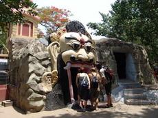 Храм  Шивы в саду Лакшми Нараяна